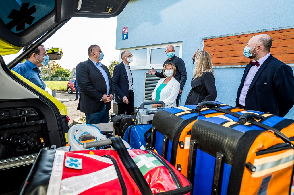 Předání dvou zdravotnických SUV vozidel pro Zdravotnickou záchrannou službu Ústeckého kraje, 24. září 2020 v Rumburku.